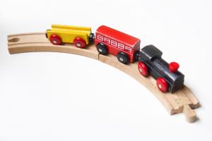 Tren de juguete en las reformas pisos Barcelona